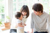 赤ちゃんを見守る両親