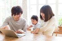 パソコンを見る親子