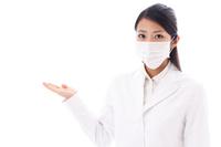 マスクをした白衣の若い女性