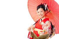和傘を持った着物の若い女性