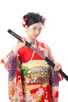 刀を持った着物の若い女性