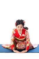 正座でお辞儀をする着物の若い女性