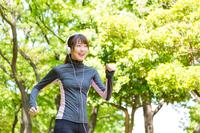 ジョギングをする若い女性