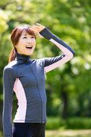 トレーニングウェア姿の若い女性