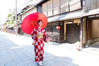 和傘を差す和服の女性