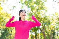 伸びをするトレーニングウェア姿の若い女性