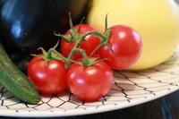 皿の上のトマト