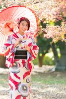 和傘を差した和服の女性