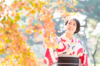 紅葉と和服の女性