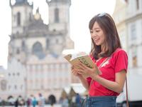 旅行中の若い女性