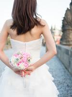 ドレスを着た若い女性