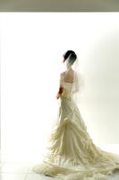 ウェディングドレス姿の若い女性の後ろ姿