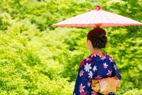 和傘をさす着物姿の女性