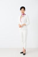 白いスーツ姿の若い女性