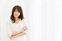 白いTシャツ姿の若い女性