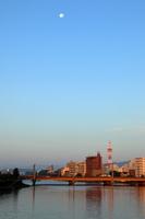 夜明けの鏡川と月(高知市)
