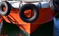 港に停泊している船のタイヤ