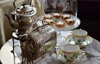 お茶用の食器とお菓子