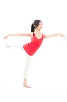 ストレッチを行う赤いタンクトップの若い女性