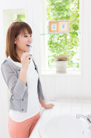 歯磨きをする若い女性