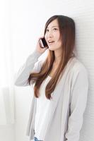スマホで会話する髪の長い若い女性