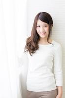 髪の長い若い女性