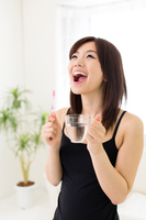 歯磨き後のうがいをしている若い女性