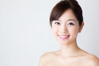 若い女性の笑顔