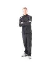 スポーツウエア姿で腕組みする男性