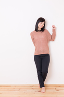 小麦色のセーターを着た若い女性