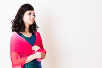 ラメ服の若い女性モデル