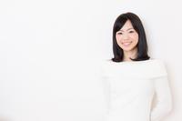 セーターを着た若い女性