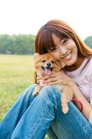 犬と散歩をする若い女性
