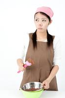 お菓子づくりをする女性