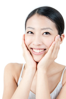 頬に手をあてる女性の美容イメージ