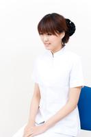 白衣姿の若い女性