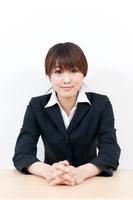 黒いスーツ姿の若い女性