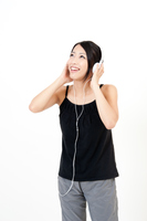 ヘッドホンで音楽を聴く若い女性