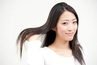 手で髪を梳く女性