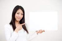 メッセージボードを指さす女性