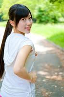 公園でジョギングする若い女性