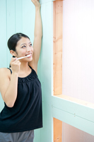 歯磨きをするタンクトップ姿の女性