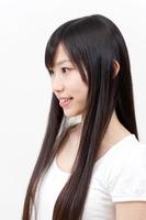 ロングヘアースタイルの若い女性