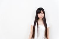 ロングヘアーヘアースタイルの若い女性