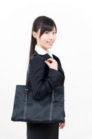 バッグを肩にかける若い女性