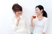 コーヒーブレイク中の二人の若い女性