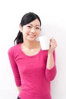 コーヒーブレイク中のロングヘア―の若い女性