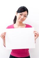 メッセージボードを持つロングヘア―の若い女性