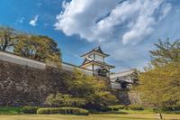 新緑の金沢城石川門の風景