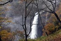 華厳の滝と紅葉